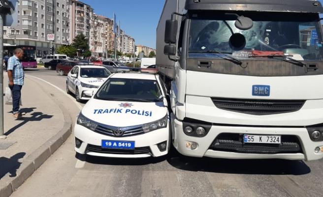 TIR POLİS ARACINI SIKIŞTIRDI